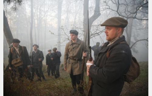 Valkoisten joukkue on ehtinyt Näsilinnan tuntumaan, etualalla Oskar Åbb (Markus Wilson) vierellään Oskar Bäckström (Thomas Holm). Kuva: Kinoproduction Oy.