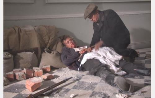Veljekset, haavoittunut Johannes (David Grandell) ja Oskar (Roy Mäki-Fränti). Kuva: Kinoproduction Oy.