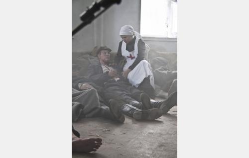 Haavoittunut Johannes Mattans (David Grandell) ja sairaanhoitaja (Karoliina Blackburn). Kuva: Kinoproduction Oy.