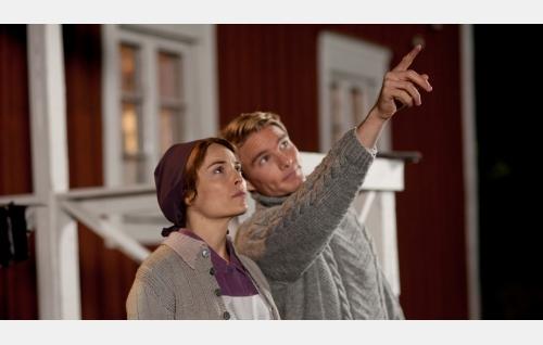 Saima (Irina Björklund) ja Toivo (Leo Honkonen). Kuva: Pystymetsä Oy.