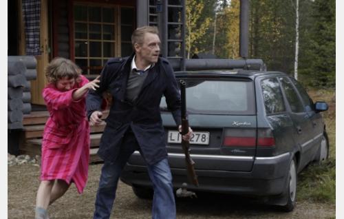 Armi, uskoton vaimo (Anni Tani) ja hänen aviopuolisonsa Ylermi (Ilkka Heiskanen). Kuva: Lauri Yli-Tepsa. Jone Takamäki