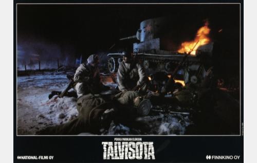 Jussi Kantola (Vesa Vierikko) ja Martti Hakala (Taneli Mäkelä) tuhotun panssarivaunun vieressä.