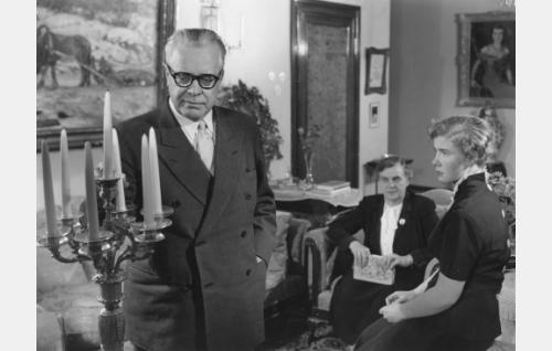 Vuorineuvos Hillman (Oscar Sumelius), hänen vaimonsa (Anni Sumelius) ja heidän tyttärensä Laura (Leea Vannas).