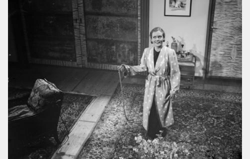 """voimistelunopettaja Ritva Majuri, """"Miina""""  (Irma Seikkula)"""