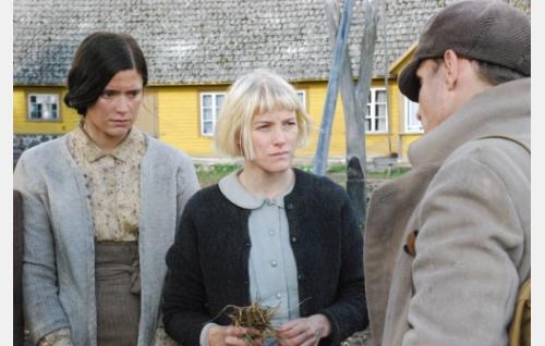 Ingel (Krista Kosonen), Aliide (Laura Birn) ja Jaan Berg (Taavi Eelmaa). Kuva: Solar Films Inc. Oy.