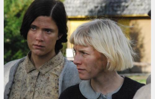 Ingel (Krista Kosonen) ja Aliide (Laura Birn). Kuva: Solar Films Inc. Oy.