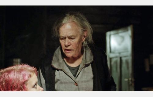 Zara (Amanda Pilke) ja vanha Aliide (Liisi Tandefelt). Kuva: Solar Films Inc. Oy.
