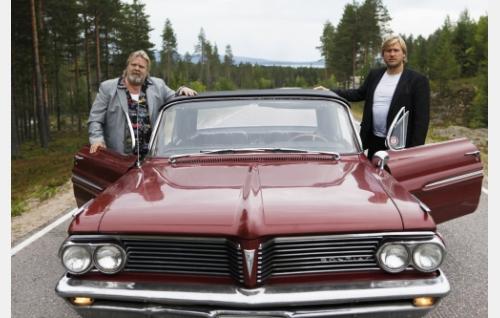 Isä (Vesa-Matti Loiri) ja poika (Samuli Edelmann) tien päällä. Kuva: Veera Aaltonen / Marianna Films Oy.