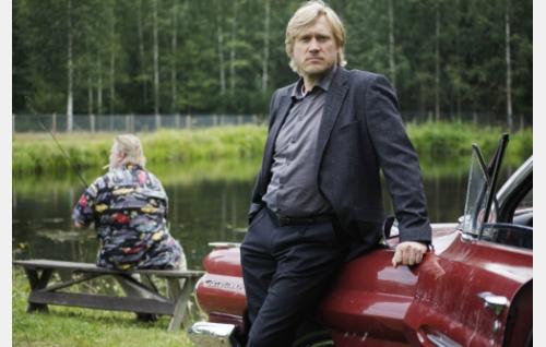 Timo (Samuli Edelmann), taustalla Leo (Vesa-Matti Loiri). Kuva: Veera Aaltonen / Marianna Films Oy.