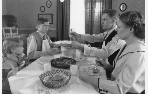 Erikin äiti (Monica Nyman, oik.), Erikin isä (Dick Idman), Erik Lindberg (Carl-Gustaf Wentzel), Edith, pikkusisar (Isa Mårtenson).