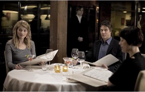 Janita (Matleena Kuusniemi, vas.), Tomi (Kari-Pekka Toivonen) ja Maria (Liisa Kuoppamäki) tapaavat kolmistaan ravintolassa.
