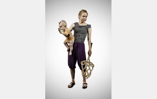 Eeva (Paula Vesala) ja pikku Simo (Iivari Salo). Kuva: It's Alive Productions Oy.