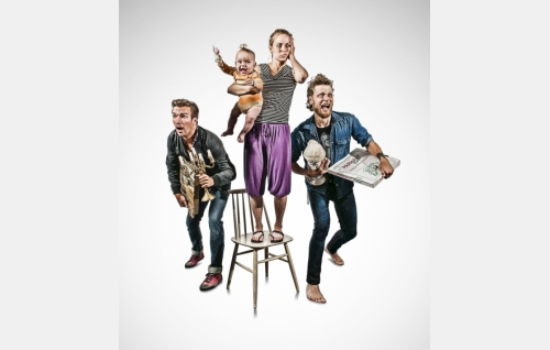 """Kolme """"Simoa"""" (Olli Rahkonen, Iivari Salo, Rami Rusinen) ja Eeva (Paula Vesala). Kuva: It's Alive Productions Oy."""
