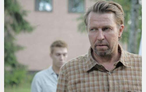 Veeran isä Aarne (Martti Suosalo), taustalla Sakari (Jarkko Niemi). Kuva: Helsinki-filmi Oy.