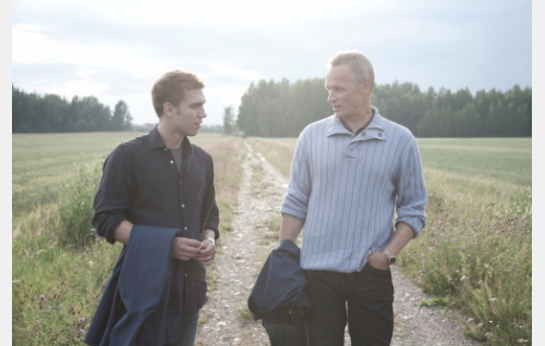 Sakari (Jarkko Niemi) ja hänen isänsä Olli (Antti Virmavirta). Kuva: Helsinki-filmi Oy.