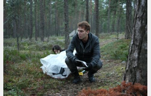 Sakari (Jarkko Niemi), Veera (Jemina Sillanpää) ja ruumiskäärö. Kuva: Helsinki-filmi Oy.
