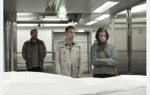 Rikospoliisi (Jari Nissinen), Sakari (Jarkko Niemi) ja Veera (Jemina Sillanpää) ruumishuoneella. Kuva: Helsinki-filmi Oy.