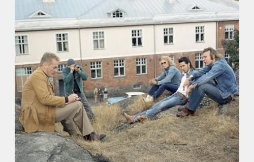 Toimittaja (Arto Nyberg, vas,) haastattelee Remua (Eero Milonoff, oik), Cisseä (Olavi Uusivirta) ja Albertia (Jussi Nikkilä).