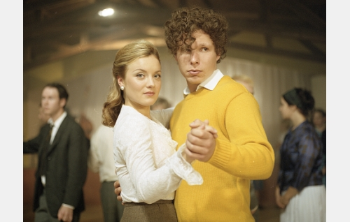 Nuori Remu (Eero Milonoff) ja hänen naisensa (Elena Leeve) lavatansseissa.