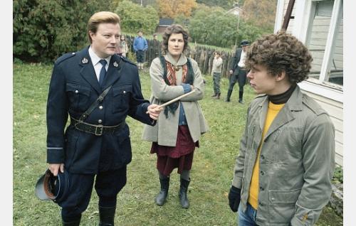 Poliisi Hurme (Kari Hietalahti) kovistelee nuorta Remua (Eero Milonoff) ravintolaryöstöstä. Keskellä Remun äiti (Minttu Mustakallio) ja taustalla oikealla isä (Tommi Korpela).