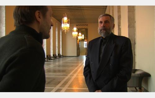 Elokuvan ohjaaja Arto Halonen ja kansanedustaja, entinen Suomen maajoukkueen hiihtäjä Juha Mieto. Kuva: Art Films Production AFP Oy.