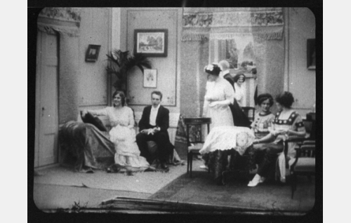 Etualalla: Sylvi (Aili Rosvall), Viktor (Teppo Raikas), Alma (Olga Salo), Elin (Olga Leino) ja Karin (Ester Forsman).