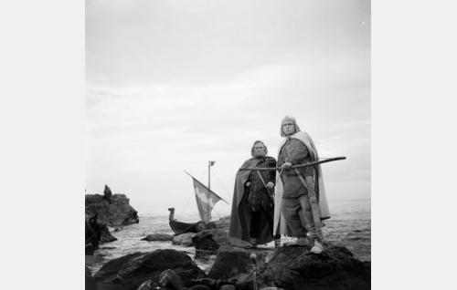 Ilmarinen ja Lemminkäinen Pohjolan rantakallioilla.