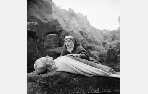 Lemminkäisen äiti poikansa ruumiin äärellä.