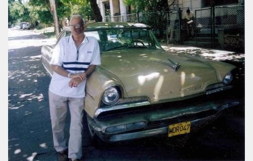 Maximiliano ja hänen Lincoln-autonsa.