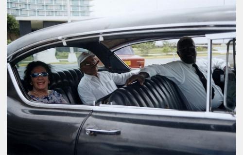 George McCatty ajeluttaa Cadillacilla Carmen ja Gilberto Smithiä.
