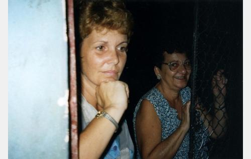 Maximilanon puoliso Josefina Aldanas (oik.) ja Niurka Corona.