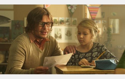 Opettaja (Eero Milonoff) ja Ella (Freja Teijonsalo). Kuva: Snapper Films Oy.
