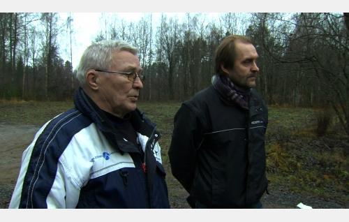 Italian hiihtomaajoukkueen valmentajana 1980-luvulla toiminut Viljo Sadeharju ja ohjaaja Arto Halonen. Kuva: Art Films Production AFP Oy.