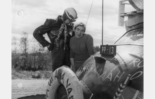 Moorttoripyöräilijä (Erkki Poikonen) jäänyt auttamaan neitoa (Pätkä/Masa Niemi) hädässä.