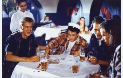 """""""Hapan"""" lakkiaisjuhlissa (Santeri Kinnunen) ja """"Vähy"""" (Samuli Edelmann)."""