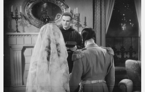 Kenraaliluutnantti T. J. A. Heikkilä (Tauno Palo) vihkii doña Camilla Maria Teresa  Escajadillon (Regina Linnanheimo) ja Sierranuevan presidentin Guillermo Vietanon (Aarne Salonen).