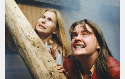 Rikostutkijan vaimo (Sari Havas) ja Liisa Kaski (Heli Takala).