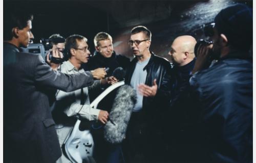 Myös Hotakainen karkaa poliisilta. TV-ryhmä todistaa juopuneen ja täysin holtittomasti ajaneen kirjailijan (Martti Suosalo) jääneen kiinni.