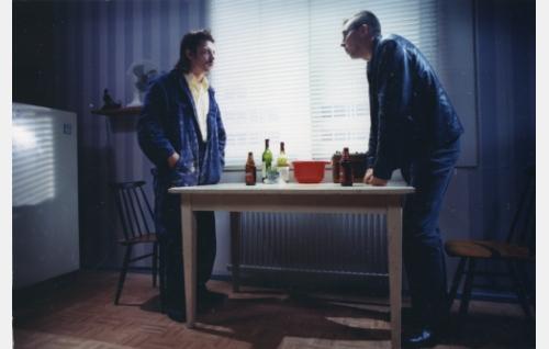 """Pertti Kiilopää, """"Pera"""" (Janne Hyytiäinen) ja kirjailija Kari Hotakainen (Martti Suosalo)."""