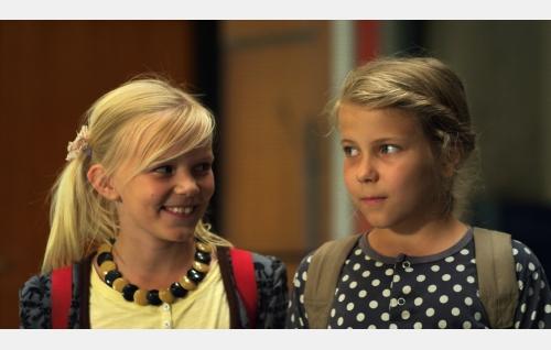 Tiina (Aura Mikkonen) ja Ella (Freja Teijonsalo). Kuva: Snapper Films Oy.