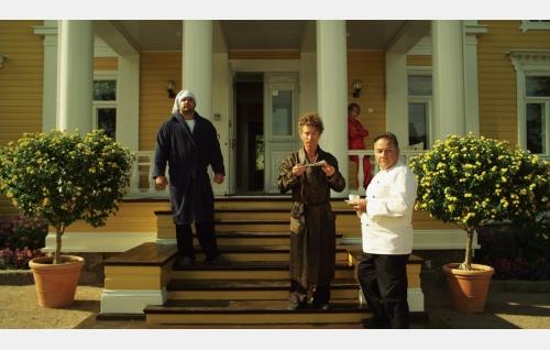Turvamies (Kalle Ylitalo), isä Yksi (Kari Ketonen) ja kokki (Joseph Scarpinito), taustalla Äf (Oliver Kivi). Kuva: Snapper Films Oy.