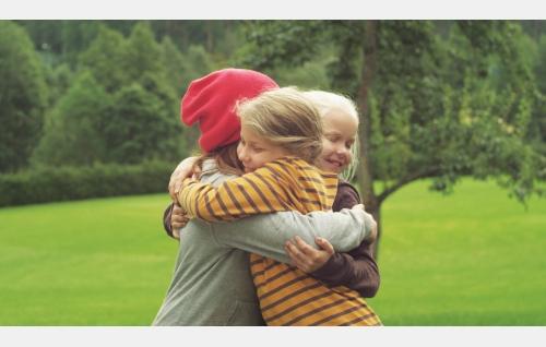 Anna (Eerika Patrakka), Ella (Freja Teijonsalo) ja Tiina (Aura Mikkonen). Kuva: Snapper Films Oy.