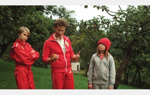Äf (Oliver Kivi), isä Yksi (Kari Ketonen) ja Anna (Eerika Patrakka). Kuva: Snapper Films Oy.