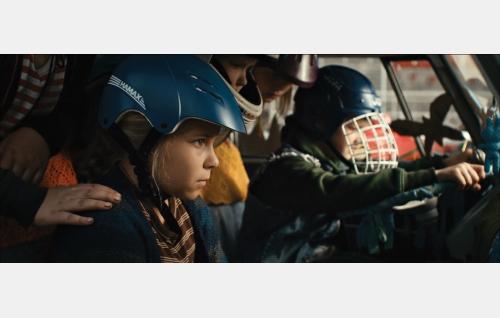 Lapset valmiina kilvanajoon, etupenkillä Ella (Freja Teijonsalo) ja Pate (Jyry Kortelainen). Kuva: Snapper Films Oy.