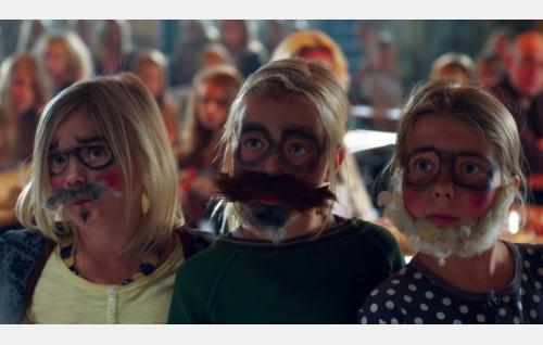 Naamioituneet Tiina (Aura Mikkonen), Hanna (Emilia Paasonen) ja Ella (Freja Teijonsalo). Kuva: Snapper Films Oy.