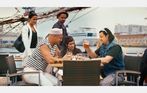 Etualalla Joonatan (Markku Pulli), Riikka (Petra Theis) ja Petri (Pasi Kuivalainen), taustalla Heidi (Venla Savikuja) ja Jiri (Mikko Parikka). Kuva: FremantleMedia Finland Oy.