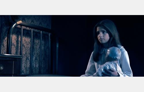 Ann 8-vuotiaana (Victoria Ann Jung). Kuvakaappaus Nightwish-elokuvasta Imaginaerum. Solar Films Inc. Oy.