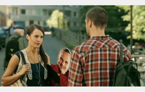 Ella (Miina Maasola) ja Stigu (Mikko Nousiainen, selin). Kuva: Jani Kumpulainen.