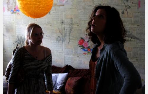 Elli (Pamela Tola) ja Sanna (Armi Toivanen). Kuva: Dionysos Films Oy.