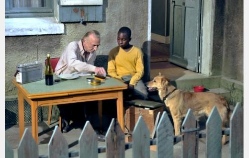 Marcel Marx (André Wilms), Idrissa (Blondin Miguel) ja Laika-koira. Kuva: Marja-Leena Hukkanen. © Sputnik Oy.